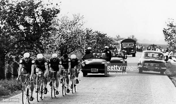 Friedensfahrt 1963, 3. Etappe von Hustopece nach Bratislava - Die siegreiche Mannschaft der DDR auf der Strecke, v.l.: L. Appler, M. Weissleder,...