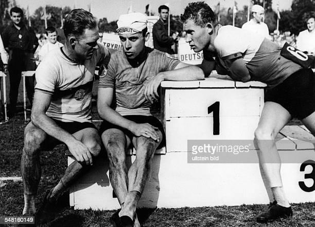 Friedensfahrt 1963: - Drei Fahrer sitzen gemütlich am Siegerpodest, v.l.: Gustav Adolf Schur, Ampler, Lebedjew - Mai 1963