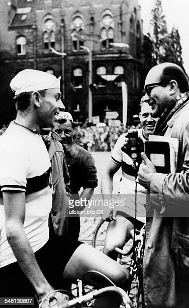 16 Friedensfahrt 1963 HeinzFlorian Oertel im Gespräch mit Günter Lux verdeckt Gustav Adolf Täve Schur Mai 1963