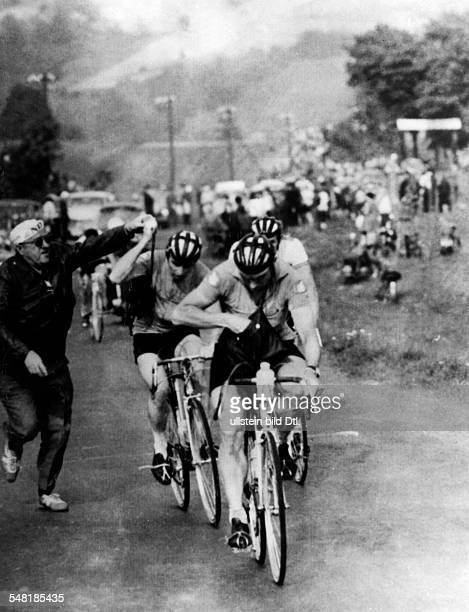 Friedensfahrt, 5. Etappe von Kedzierzyn nach Walbrzych : - DDR-Trainer Herbert Weißbrod überreicht Klaus Amler und Dieter Mickein in Zabkowice die...