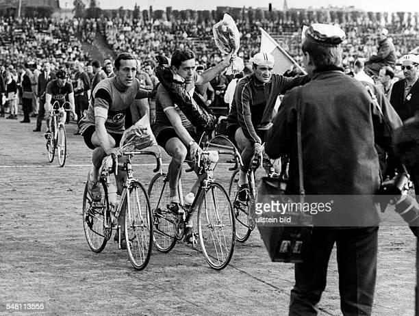 Friedensfahrt, 7. Etappe: - Ehrenrunde v.l.: Burghart Ebert , Czechowski , Cosma - Mai 1967