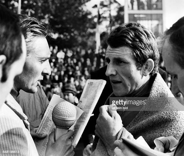 Friedensfahrt: - Jean-Pierre Danguillaume wird nach der Etappe interviewt - Mai 1969