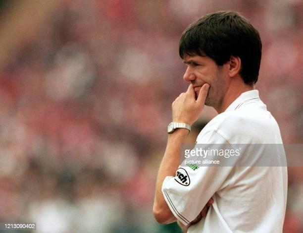 Friedhelm Funkel der 44jährige Trainer des MSV Duisburg schaut nachdenklich den Aktionen seiner Elf zu am 2281998 im Münchner Olympiastadion wo der...