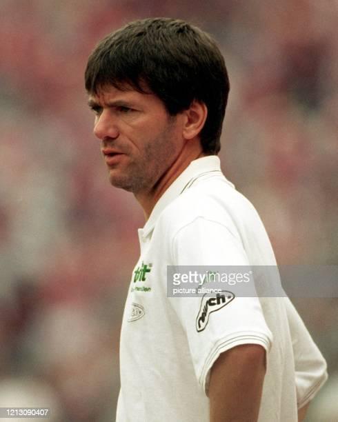 Friedhelm Funkel der 44jährige Trainer des MSV Duisburg schaut seiner Elf zu am 2281998 im Münchner Olympiastadion Der MSV Duisburg verliert das...