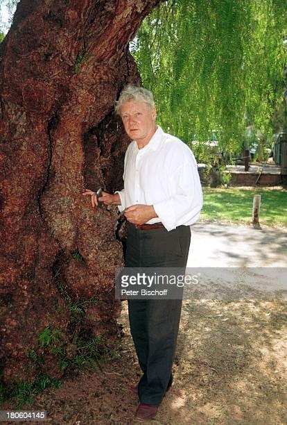 """Friedhelm Ptok, ZDF-2-Teiler, """"1000 Meilen für die Liebe"""", , Alice Springs/Australien, Natur, Wüstenstadt, jahrhundertealten Baum,"""
