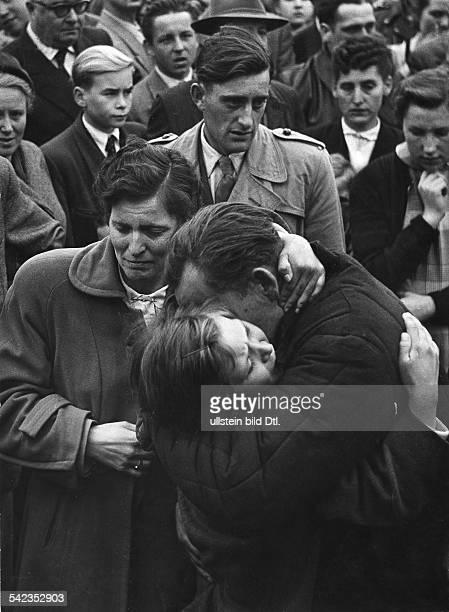 Friedland Herleshausen Ein Kind sieht seinen Vater zum ersten Mal vermutl 1958