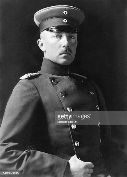 Friedrich Karl von HessenKassel / Prinz von Hessen01051868 wurde am 9101918 für vier WochenKönig von Finnland Porträt in Uniform 1908