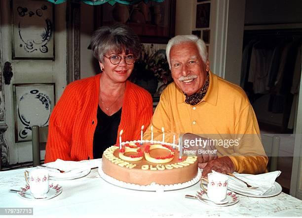 Friedrich Schoenfelder und Ehefrau Monika mit einer GeburstagsTorte Homestory in Berlin Deutschland Europa SchnurrBart Schauspieler Promis...