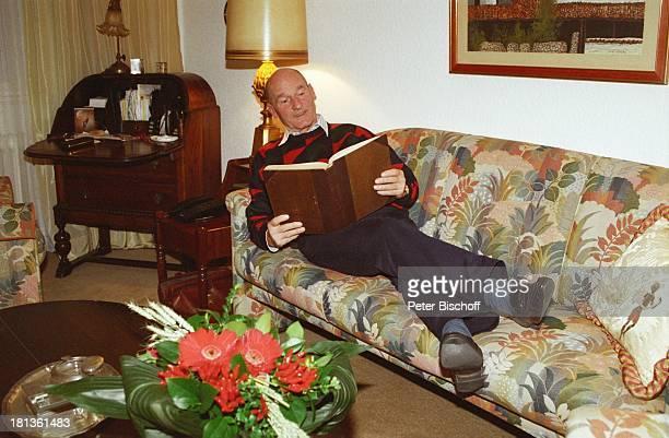 Friedrich-Georg Beckhaus, Ehefrau Erika, Homestory, Berlin, Deutschland, Europa, Wohnzimmer, Sofa, liegen, Fotoalbum, Schauspieler, PBE/JB, ;