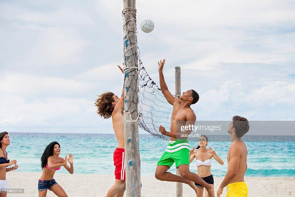 Freund spielen Sie volleyball am Strand. : Stock-Foto
