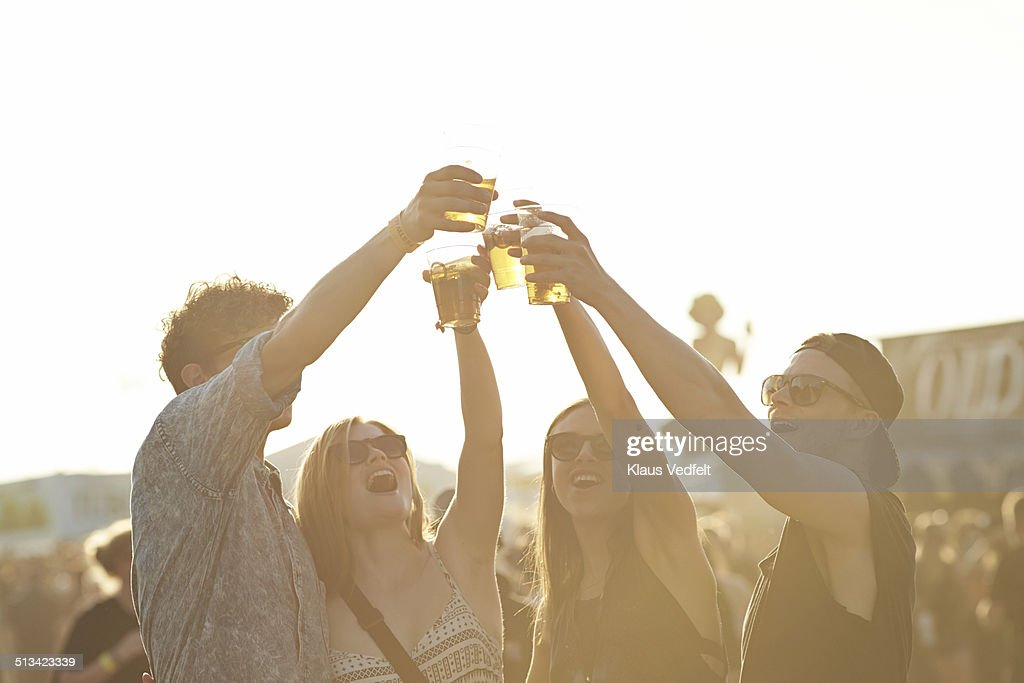 Friend toasting in beer at outside festival : Stock-Foto