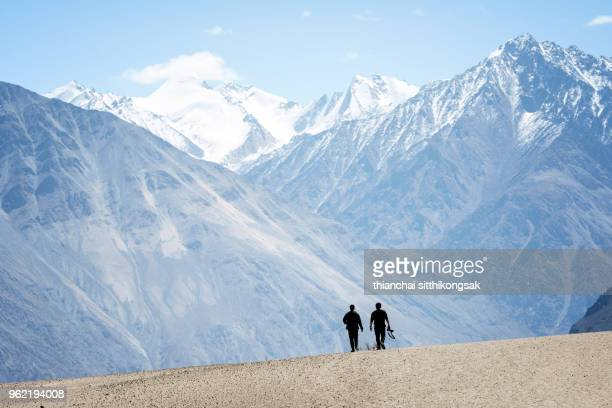 friend walking himalaya mountain - kashmir freedom movement stock pictures, royalty-free photos & images