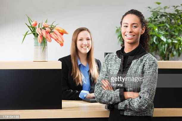 フレンドリーな銀行マネージャーおよび銀行の出納係にカウンターウィンドウ Hz
