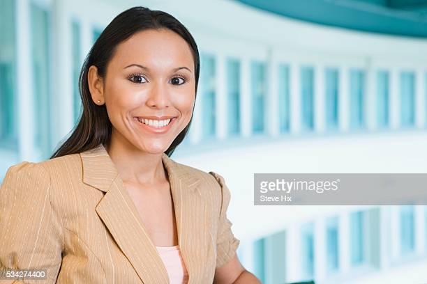 friendly businesswoman smiling - mezzanine photos et images de collection