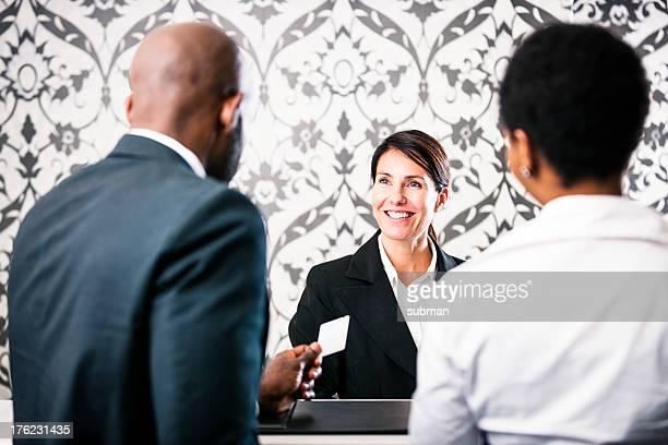 Cordial pareja el momento del check-in en el hotel