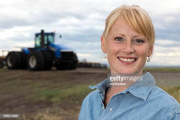freundliche weibliche farmer - landwirtschaftlicher beruf stock-fotos und bilder