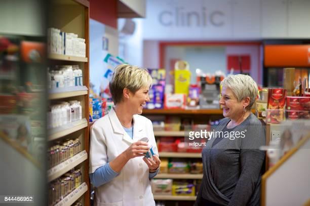 Freundliche weibliche Apotheke Hilfe