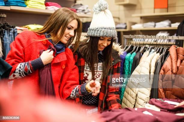 Vänliga flickorna under deras njutbar shopping
