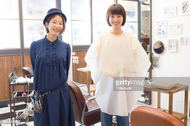 a friendly hairdresser and a customer - ケープ ストックフォトと画像