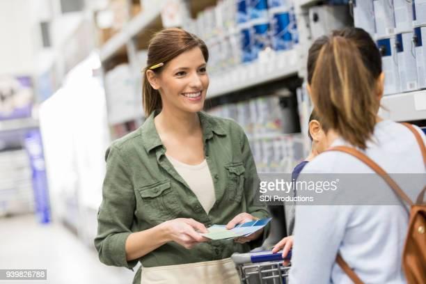 Freundlichen Heimwerken Shop Mitarbeiter hilft Kundin
