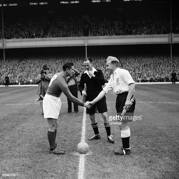 Friendly match between England and France in Highbury Stadium The two captains Jean Baratte of France and Billy Wright of England shake hands...