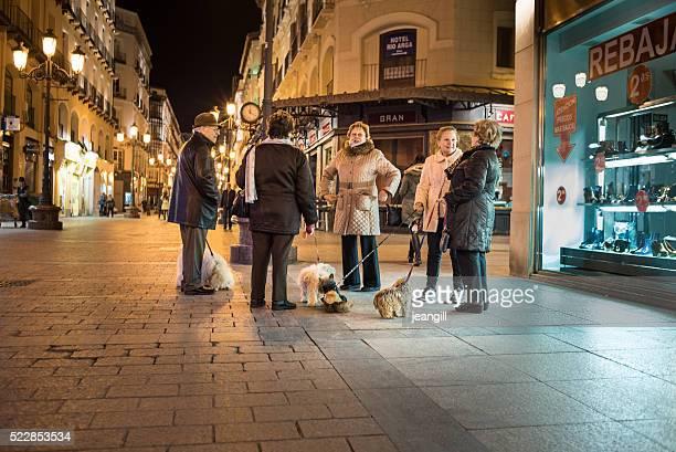 Nuit conviviale à l'heure de discuter, Saragosse, Espagne