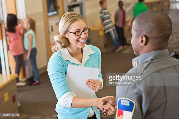 Freundliche school Lehrer einladende Polizist für Sicherheit Rede