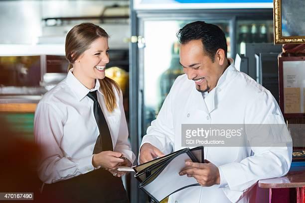 """Freundliche Bedienung sprechen, Koch im restaurant """"Tex-Mex-Küche"""