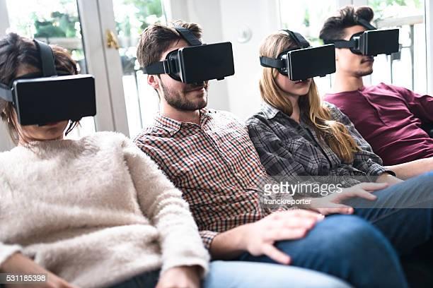 Amis accros au simulateur de RV ensemble