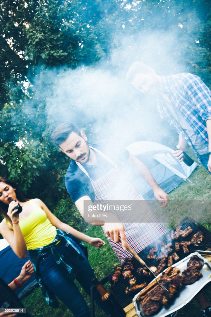 Vrienden en barbecue : Stockfoto
