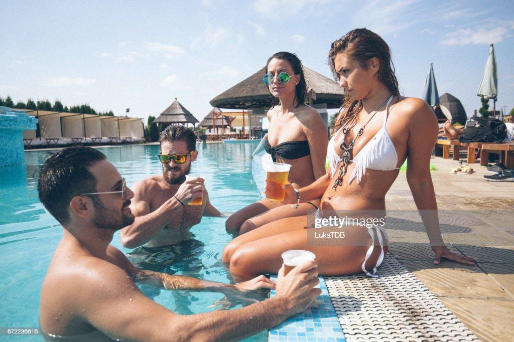 Amis et la bière à la piscine