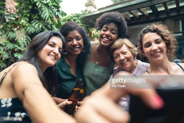 友人や家族のバーベキュー パーティーに、selfie を取る - diverse women ストックフォトと画像