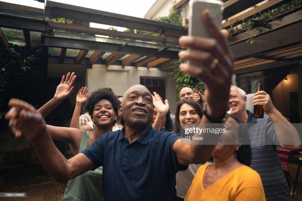 Amigos e familiares tomando uma Selfie na festa de churrasco : Foto de stock
