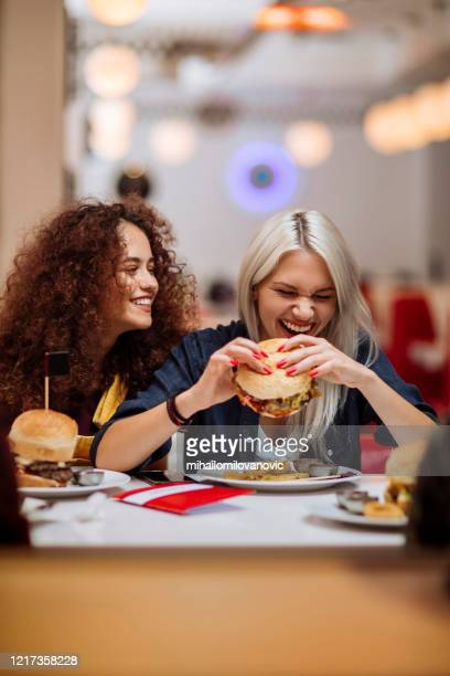 freunde und essen sind die perfekte kombination - mihailomilovanovic stock-fotos und bilder