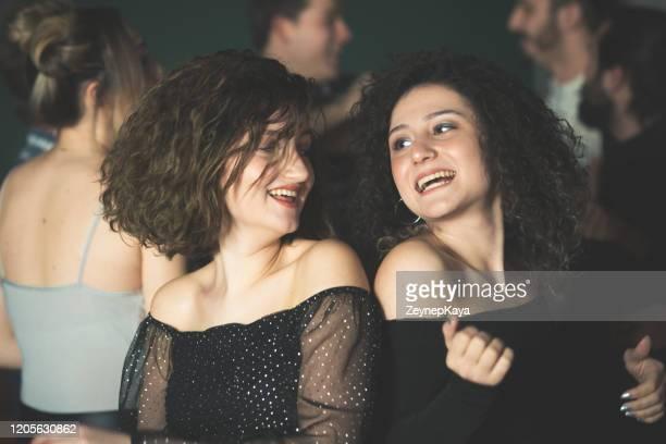 les amis dansent dans le pub - after party photos et images de collection