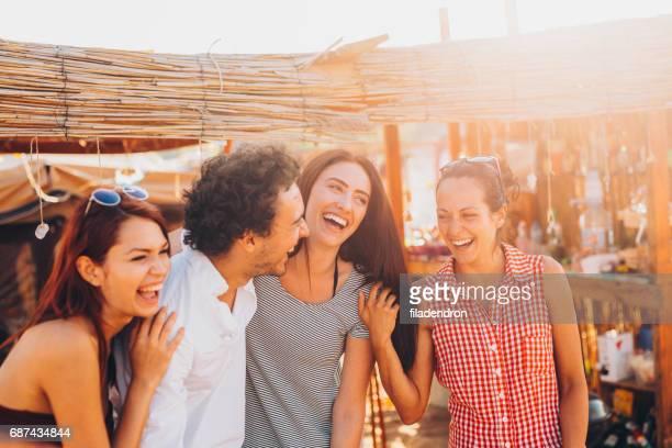 Freunde in einem Strand-camp