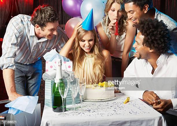 Amis à la fête d'anniversaire