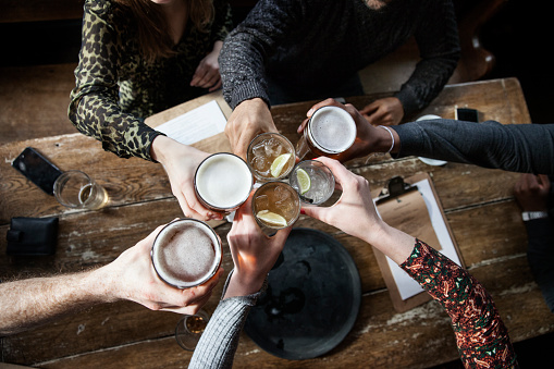 friends at a pub toasting - gettyimageskorea