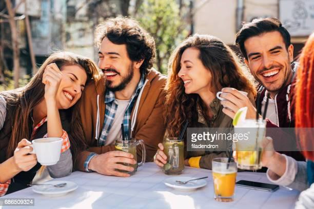 vrienden in een restaurant - koffie drank stockfoto's en -beelden