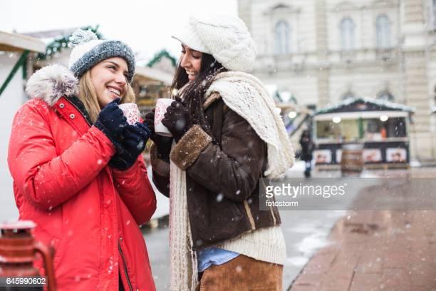 Freunde am Weihnachtsmarkt