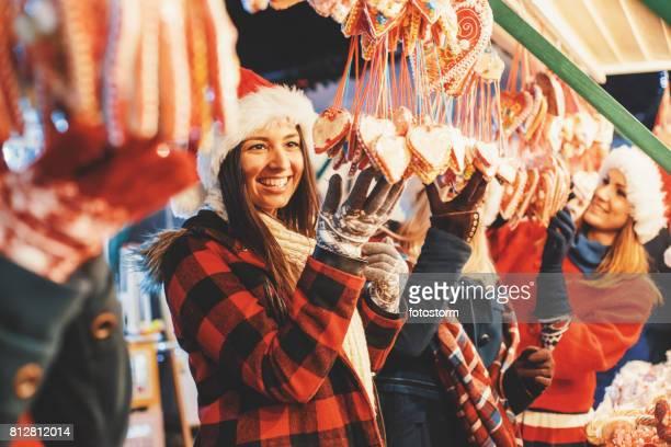 Vrienden op kerstmarkt