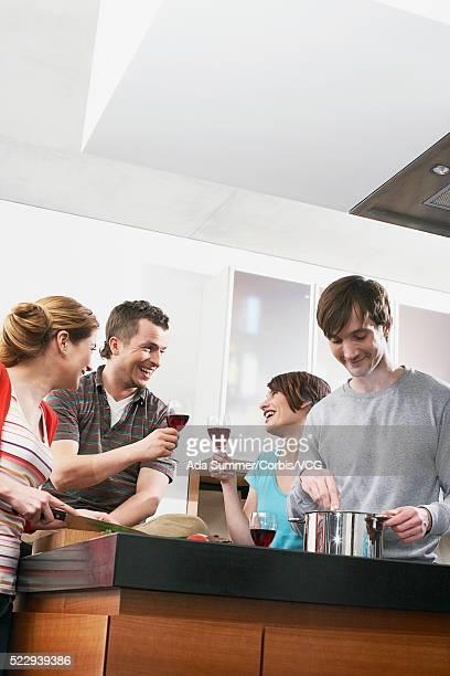 friends at dinner party - nur erwachsene stock-fotos und bilder