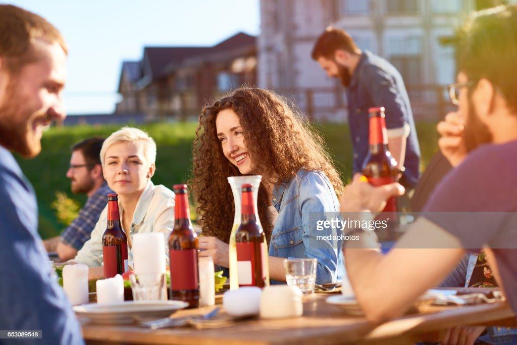 Vänner på utomhus part : Bildbanksbilder