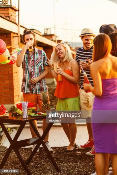 Freunde auf Party mit einer Explosion