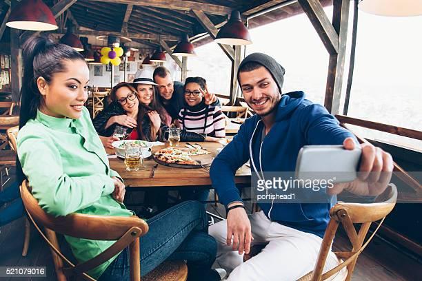 Freunde im restaurant, selfie