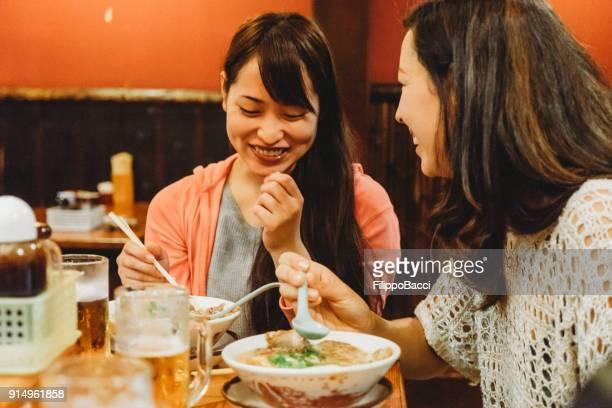 Vänner på restaurang grupp