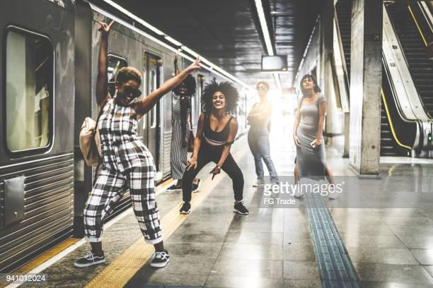 amigos na estação de metrô - distraído - fotografias e filmes do acervo