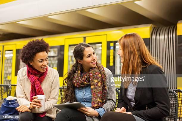 Freunde warten auf U-Bahn-station-Zug