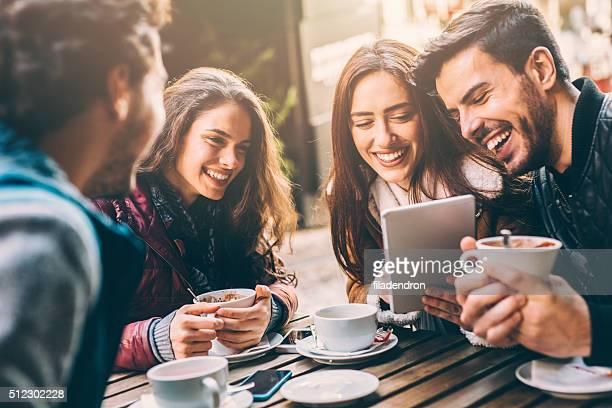 Amigos en el restaurante el café