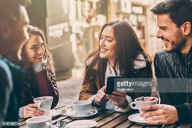 Freunde im Café
